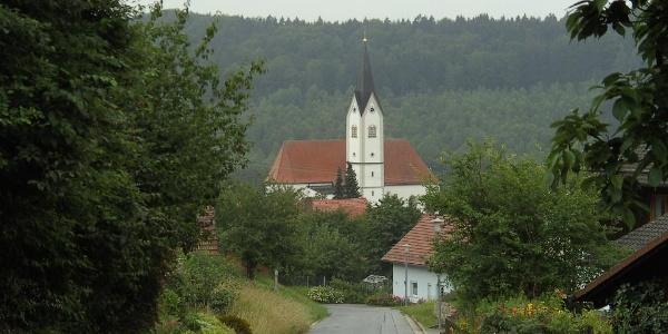 Wir laufen auf die Kirche von Grattersdorf zu.