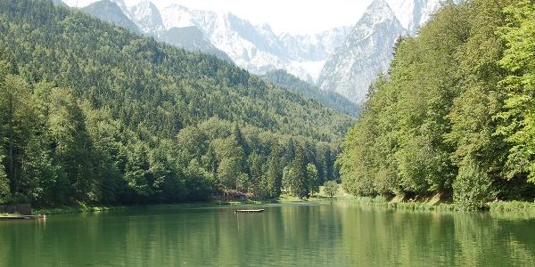 Der Rießersee mit Blick auf die Waxensteine