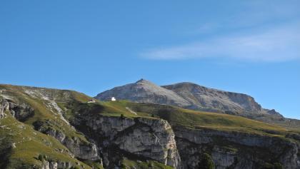 Stevia-Hütte, im Hintergrund der Col dala Pieres
