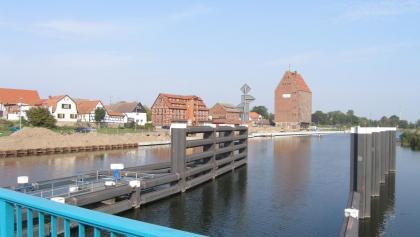 Von der Drehbrücke bei Loitz bietet sich ein schöner Blick auf die Peene und die Speicher von Loitz.