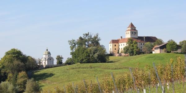Blick vom Loisium auf Schloss und Mausoleum Ehrenhausen