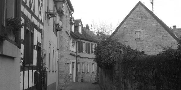 Die Altstadt von Deidesheim mit verwinkelten Gassen und Altstadtanwesen.