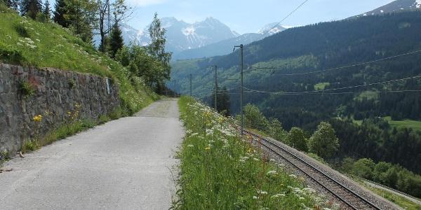 Entlang der Bahnlinie in Bugnei