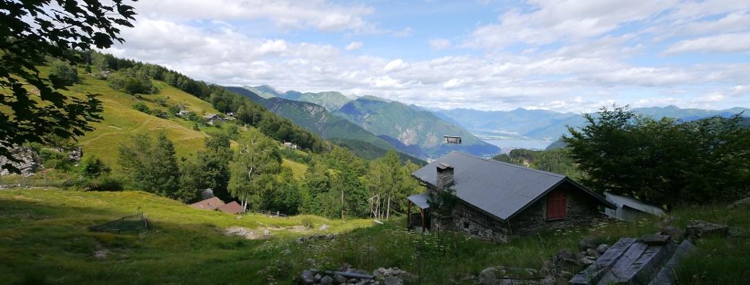 Die verstreut liegenden Häuser des Weilers Dröi