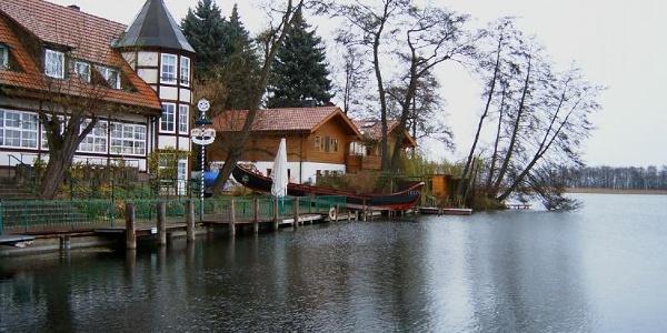 """Am Übergang vom Breiten zum Schmalen Luzin befindet sich das Gasthaus """"Altes Zollhaus""""."""