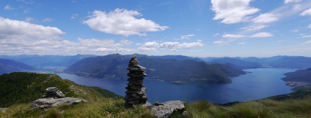Eindrucksvoller Tiefblick auf den Lago Maggiore