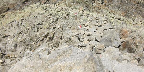 durch die Felsflanke geht es den Markierungen entlang aufwärts
