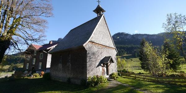 Die hölzerne Kapelle St. Anna im Weiler Rohrmoos.