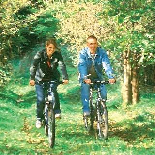 Wir genießen das Radeln durch die Natur.