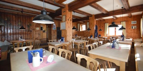 Die untere Gaststube in der Knorrhütte - hier lässt sich nicht nur der Abend gemütlich verbringen