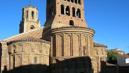 Backsteinkirche San Tirso im romanischen Stil.