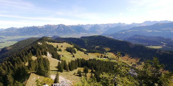 Blick auf ein wahres Meer an Gipfeln - vorn die Obere Gund-Alpe