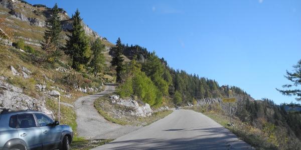 Nimmt man den unteren Parkplatz muss man hier nach links die Asphaltstraße hochsteigen - besser jedoch weiter bis zum Parkplatz der Loserhütte fahren.