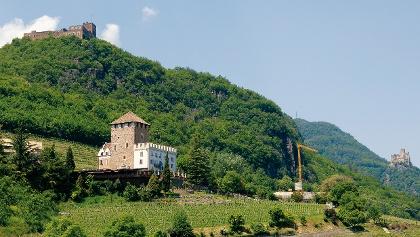 Blick auf die drei Burgen: Schloss Korb (vorne), Schlossruine Boymont (links oben) und Burg Hocheppan (ganz rechts)