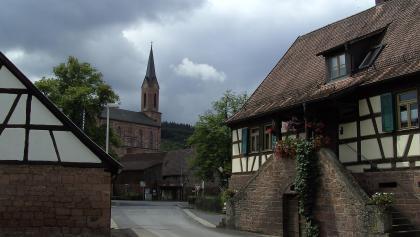 Kirche und Bauernhäuser in Fellen.