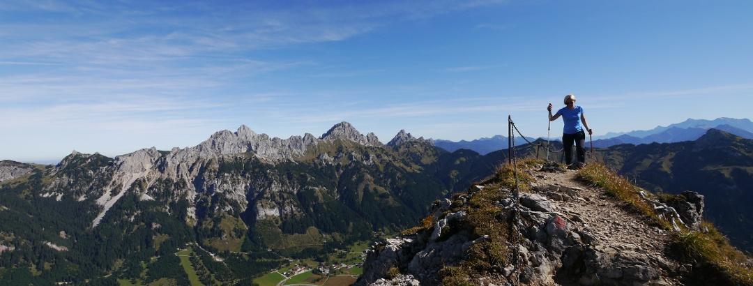 Der Gamsbocksteig führt zuletzt am Grat entlang zum Gipfel, begleitet von einem beeindruckenden Panorama.