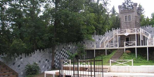 In jedem Sommer wird der Ludwigsturm zum Bestandteil der Waldbühne.