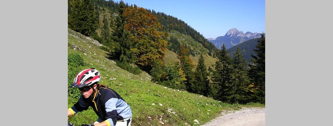 Mountainbiker im Leitzachtal, im Hintergrund der Wendelstein