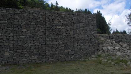 Die Rekonstruktion der historischen Mauer dokumentiert die Dimension des Bauwerks.