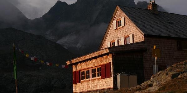 Die Adolf-Nossberger-Hütte in der Morgensonne