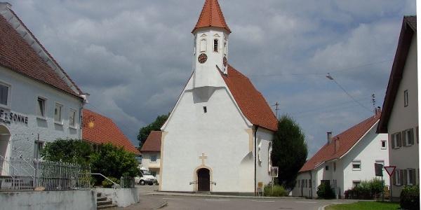 Die Filialkirche St. Leonhard in Oberschönegg.
