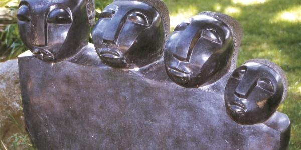 """Skulptur """"Familie"""" von Josef Munemo im Freudenstädter Kurgarten"""