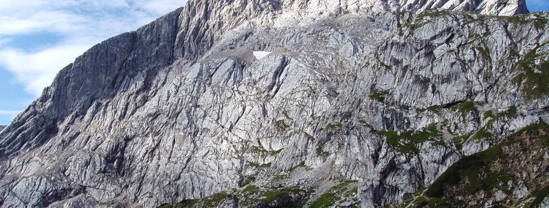 Die Alspitze oberhalb von Garmisch Partenkirchen vom Osterfelderkopf aus fotografiert.