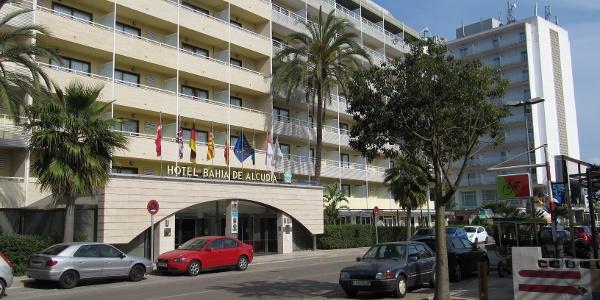 Vor dem Hotel, Straßenseite