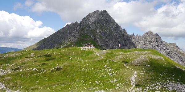 Die Fiderepasshütte vor der Oberstdorfer Hammerspitze.