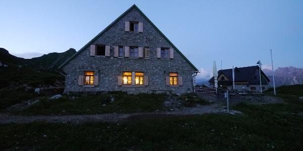 Mindelheimer Hütte bei Nacht