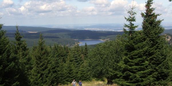 Hinauf zum Brocken - oberhalb der Hermannsklippe ist es nicht mehr ganz so weit und die herrliche Aussicht entschädigt für die Mühen.