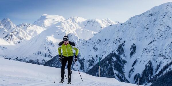 Langlaufathlet Gianluca Cologna auf der Höhenloipe Minschuns.