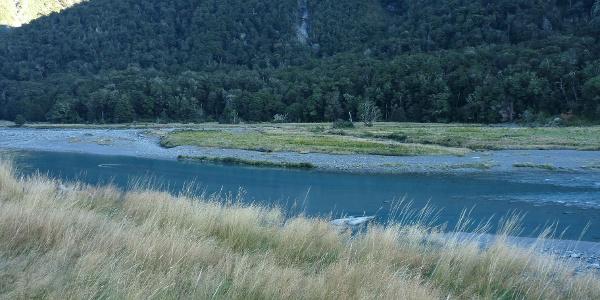 Blick vom Ufer nach der Furt des knapp hüfttiefen Wilkin River