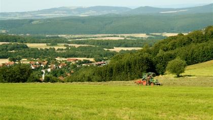 Vom Fuße des Berges haben wir eine schöne Aussicht über die Ortschaft Roth, die der Kuppe ihren Namen gab.