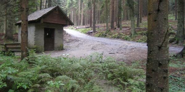 Auf unserem Weg erreichen wir die kleine Waldkapelle St. Bernhard.