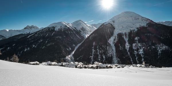 Blick nach Guarda, im Hintergrund das Val Nuna