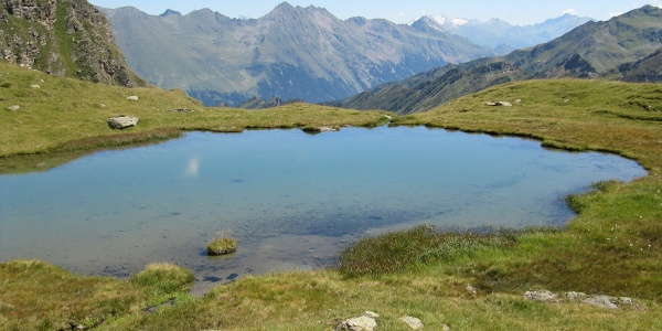 herrlicher Bergsee mit Blick auf das Brennergebirge