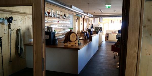 Blick vom Eingang in den Gastraum mit Empfangsbereich