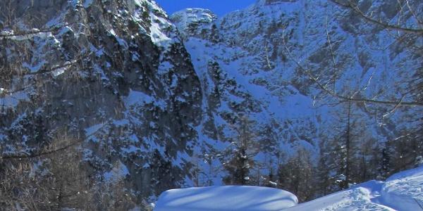 Von der Hütte ist nur das Dach zu sehen
