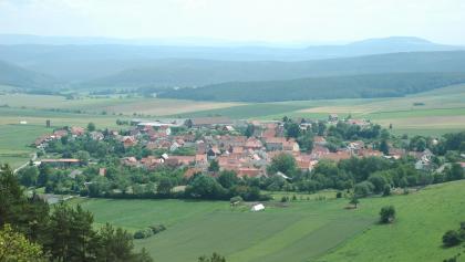 Schon auf dem Hinweg offenbart der Weg eine herrliche Aussicht auf Friedelshausen.