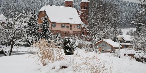 Blick auf die verschneite Klosterkirche