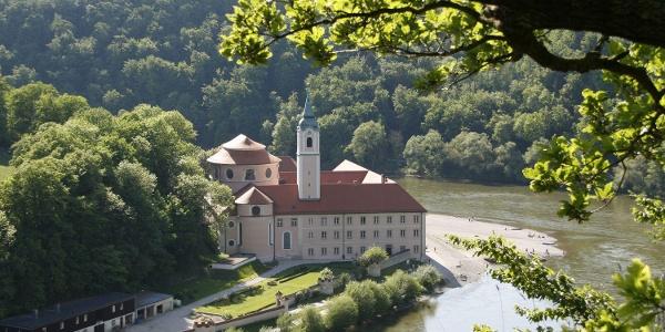 Blick zum Kloster Weltenburg in der Weltenburger Enge mit Donaudurchbruch