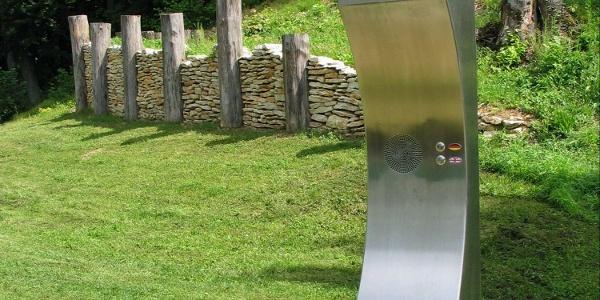 Nachbau einer keltischen Mauer und Hörpunkt bei der Befreiungshalle in Kelheim
