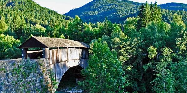 Überdachte Holzbrücke