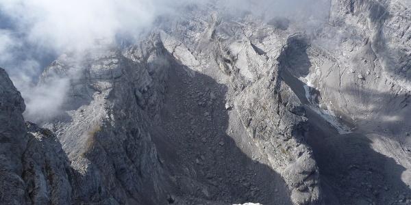 Tiefblick vom Gipfel auf das obere Watzmannkar und die Kinder (Ostwand vom Nebel verdeckt)