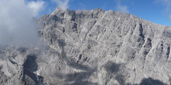 Watzmann-Mittelspitze und Hocheck über dem Kar. Links der Bildmitte das markante Wiederband