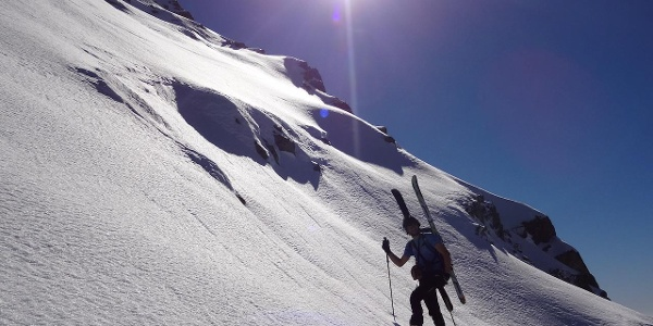 Con gli sci in spalla nel tratto ripido presso forcella Bragarolo