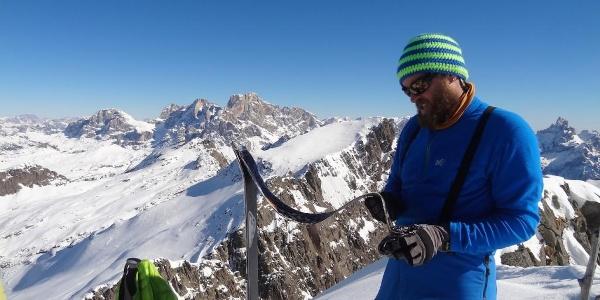 Fabrizio in cima prepara gli sci per la discesa