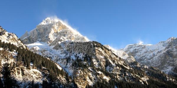 Strahlend blauer Himmel, aber Sturm im Gebirge