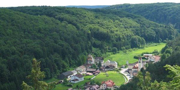 Blick vom Rosskopfsteig auf Altmühlmünster, einem Ortsteil von Riedenburg im Altmühltal